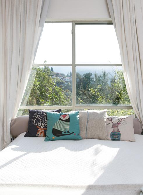 חדר השינה פונה אל נוף היער  (צילום: שירן כרמל)