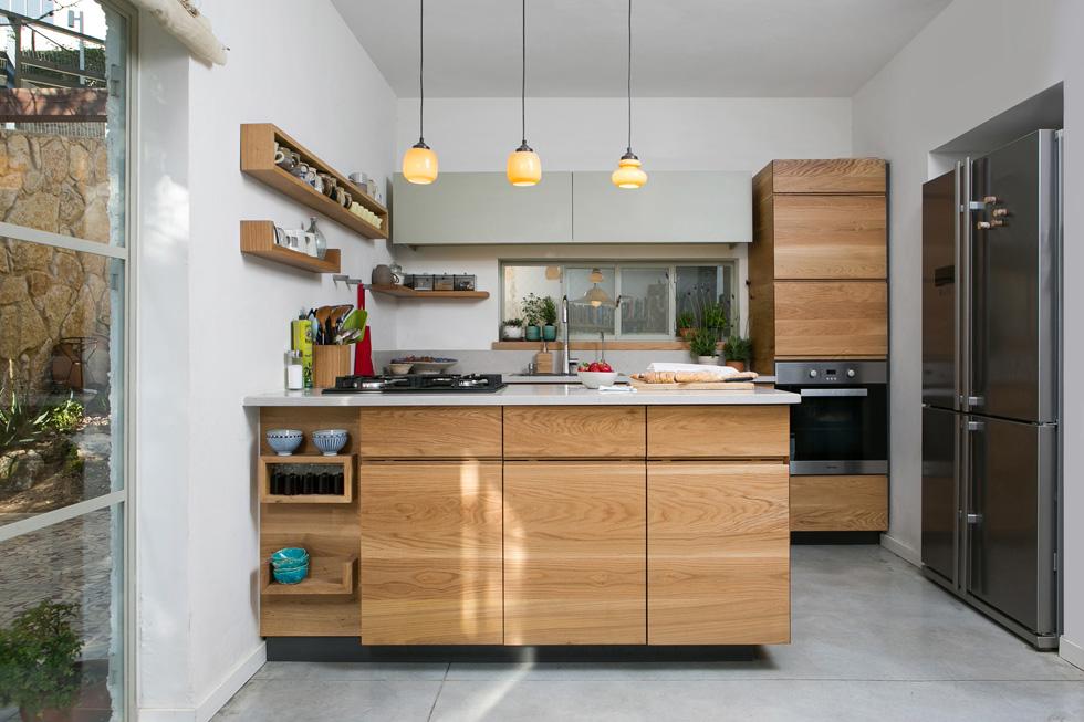 המטבח קטן יחסית לסטנדרט המקובל היום, והוא נפרד מחלל הסלון (צילום: שירן כרמל)