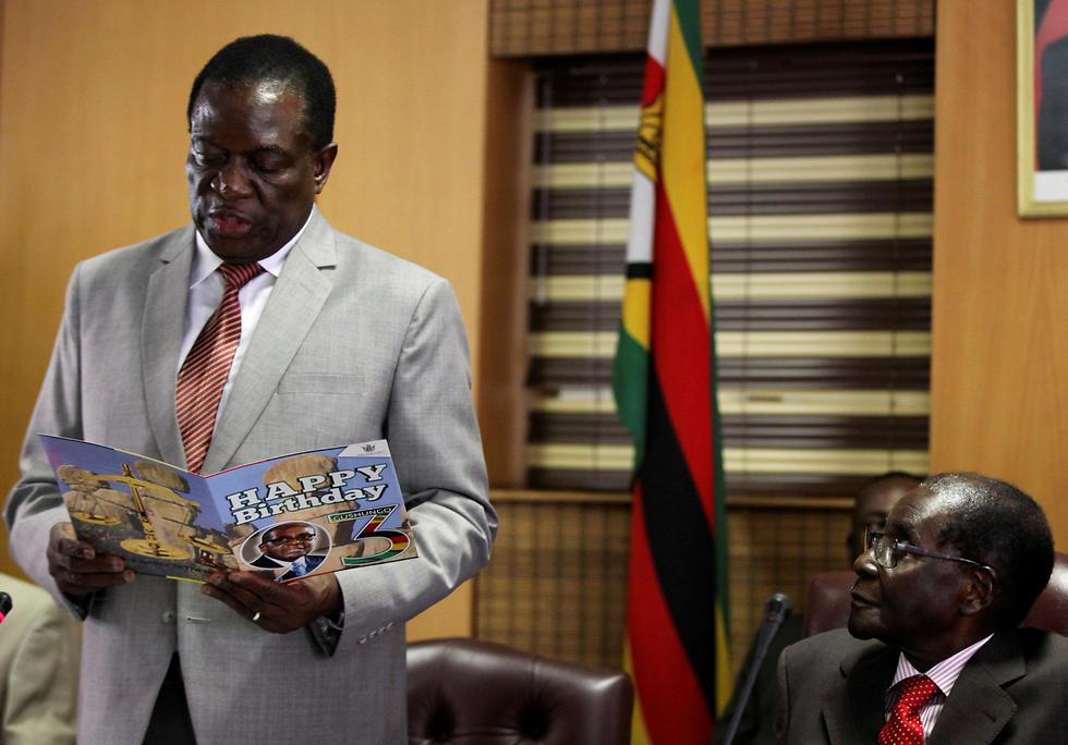 היחסים בין שני הפוליטיקאים הבכירים התערערו. מוגאבה (מימין) וסגנו מנאנגאגווה (צילום: רויטרס) (צילום: רויטרס)