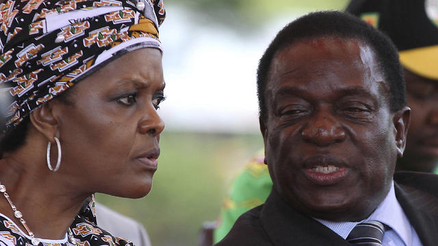Mugabe's Vice President Mnangagwa (R) was deposed a week ago to clear the way for Mugabe's wife Grace    to succeed him (Photo: Reuters)
