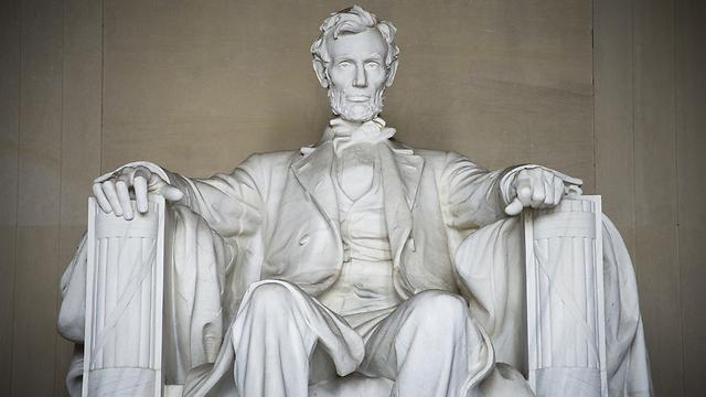 הפסל של אברהם לינקולן. נשיא אחד, שתי משענות (צילום: שאטרסטוק) (צילום: שאטרסטוק)