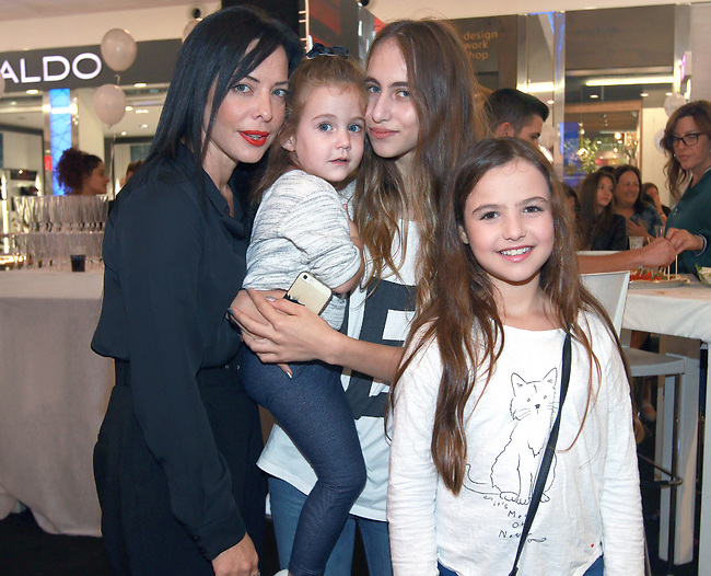מיכל אמדורסקי עם בנותיה, מילה, נינה דבש, ארייה (צילום: ענת מוסברג)
