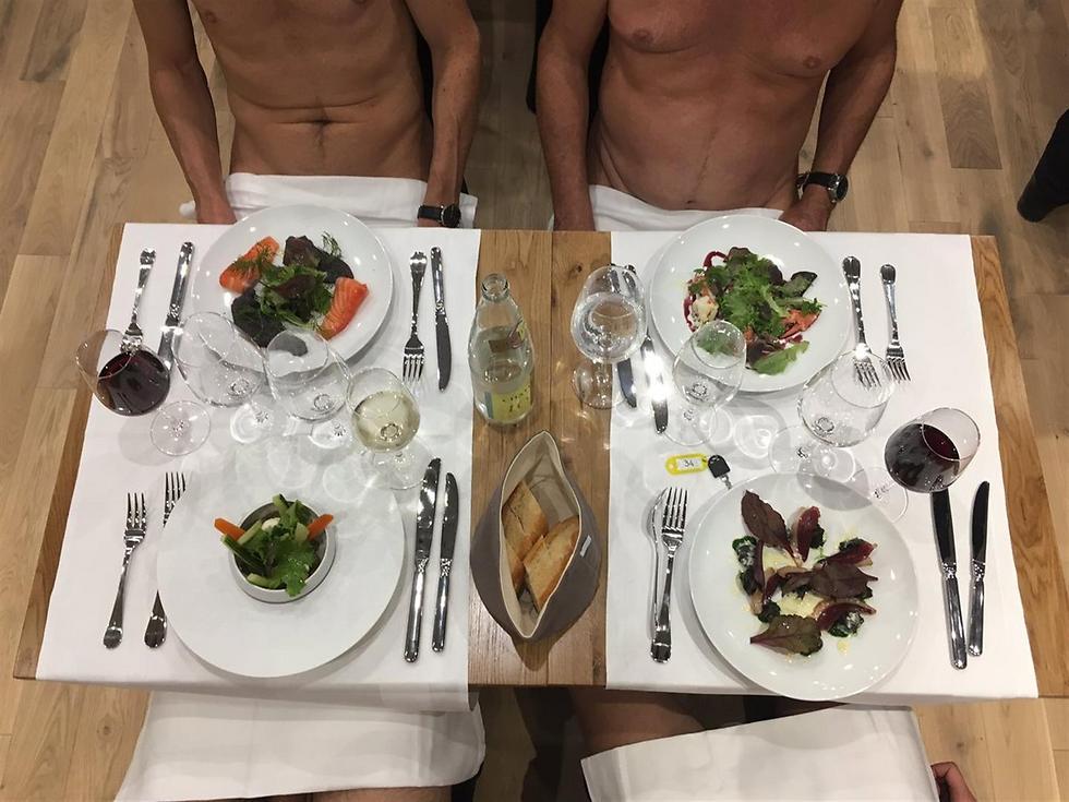 """חוזרים לתקופת התמימות, או שלא? סועדים עירומים במסעדת """"או-נטורל"""" בפריז (צילום: יח""""צ)"""