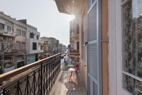 """במרפסת הפונה לדרך יפו. """"יש הבדל עצום בין מה שקורה ברחוב בשעות היום לבין שעות הערב""""  (צילום: ליאור גרונדמן)"""