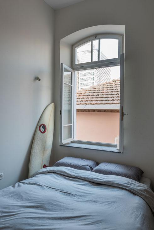 חלון חדר השינה ללא תריס בשל התנגדות השכן לחדירת כנפות התריס לשטחו   (צילום: ליאור גרונדמן)