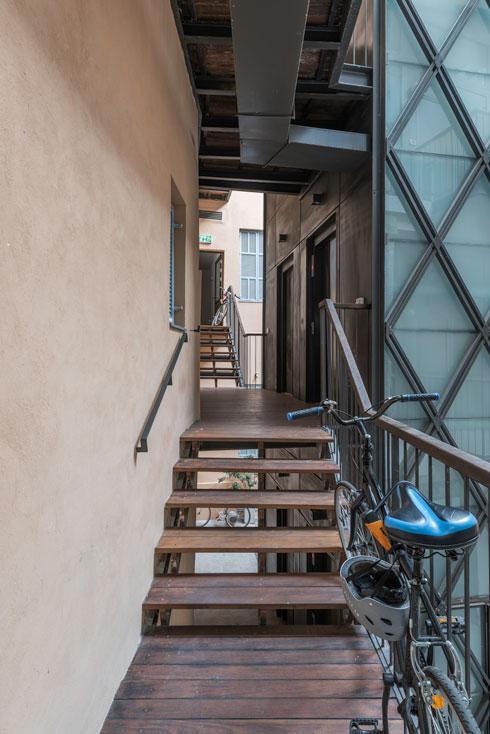 """גשרוני העץ בין המעלית למסדרון. הדיירים הם בעיקר זוגות צעירים ורווקים, חלקם הגיעו מחו""""ל  (צילום: ליאור גרונדמן)"""