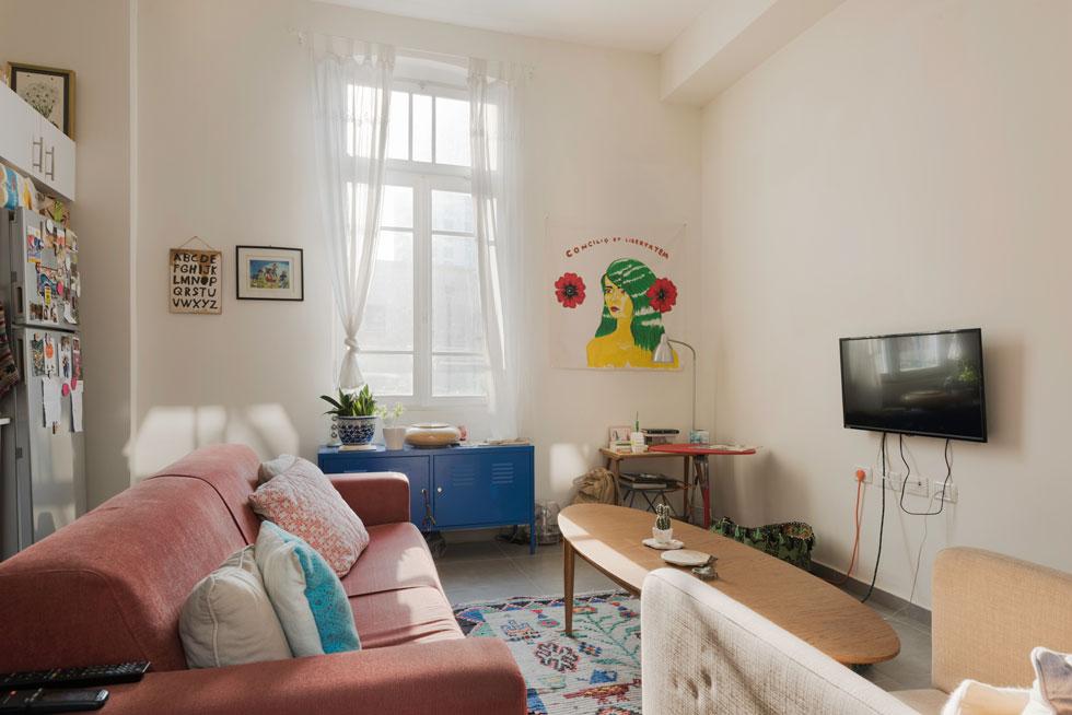 """בדירתם השכורה של ניר וליטל, המטבח סטנדרטי והריהוט אקלקטי. כל אחד מבני הזוג הביא אתו רהיטים, וחלק הם מצאו ברחוב וחידשו. """"בחרנו בדירה כי היא הכי קרובה לעבודה, קרובה לחברים וקרובה להכל""""   (צילום: ליאור גרונדמן)"""