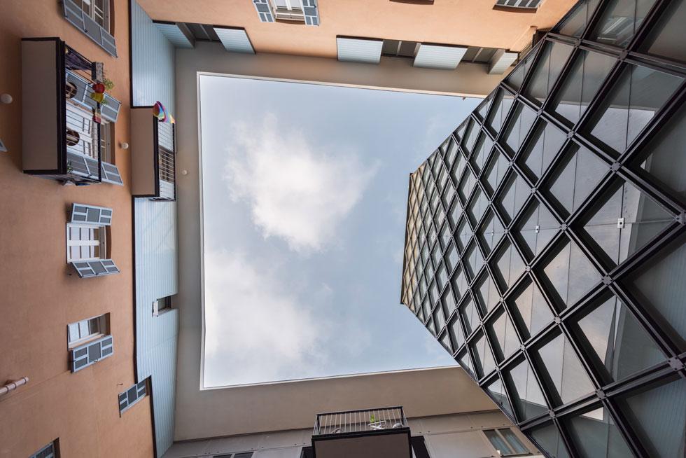 """הבניין מורכב משני בניינים הסטוריים שעברו שימור ופיתוח, ובמרכזם יצרו האדריכלים עמיר פלג ועדי גל, חצר פנימית פתוחה לשמים, שבה ממוקם מגדל המעליות החדש (מימין). המגדל עוצב בהשראת המעלית הראשונה בתל אביב, ב""""פסז' פנסק"""" ברחוב הרצל    (צילום: ליאור גרונדמן)"""