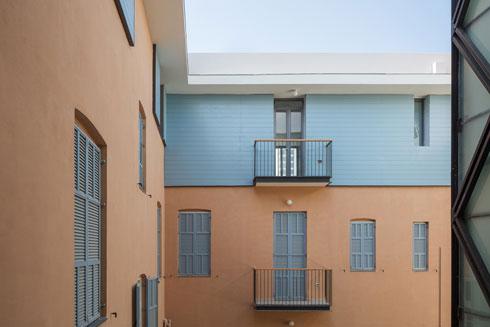 מבט מהצד אל הקומה שנוספה. ריבוי הדירות, הבעלים והשוכרים מחייב טיפול אינטנסיבי  (צילום: אביעד בר נס)