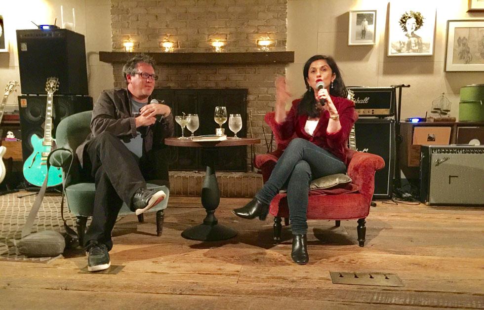 """דורית רביניאן עם העורך הספרותי דייוויד סמואלס. """"האמריקאים היו מרותקים לסיפור שלה"""" (צילום: שירלי סלע-לבבי)"""