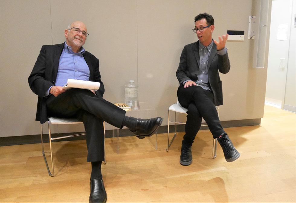 """אסף גברון עם פרופ' רונלד צווייד, המנהל האקדמי של מרכז טאוב ללימודי ישראל. """"המציאות היא לא רק שחור ולבן"""" (צילום: שירלי סלע-לבבי)"""
