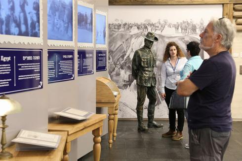 להצטלם עם פסל של חייל (צילום: דיאגו מיטלברג, באדיבות עיריית באר שבע)