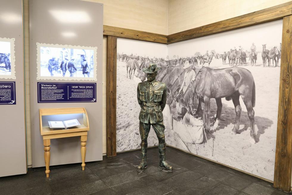בין המוצגים בתערוכת הקבע: פסלי חיילים, מצלמה כמו-ישנה ופריטים שמספרים את תולדות הקרב המפורסם (צילום: דיאגו מיטלברג, באדיבות עיריית באר שבע)