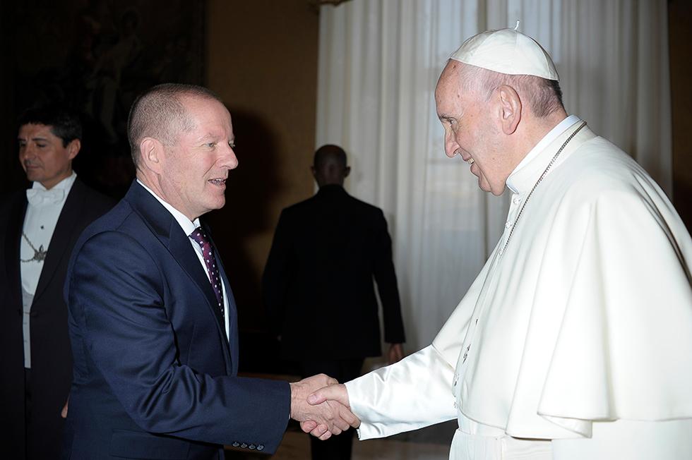 האפיפיור ושי רשף (צילום: לשכת העיתונות של האפיפיור)