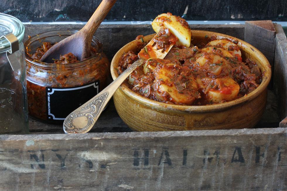 פתרון מושלם לממהרים. תפוחי אדמה ברוטב עגבניות מיובשות וזיתים (צילום, סגנון והכנה: אסנת לסטר)