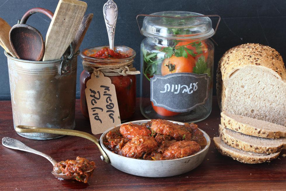 בישול קצר יספיק. קציצות ברוטב עגבניות מיובשות וזיתים (צילום, סגנון והכנה: אסנת לסטר)