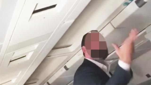 מתפרע במטוס (צילום: ערן פרץ)