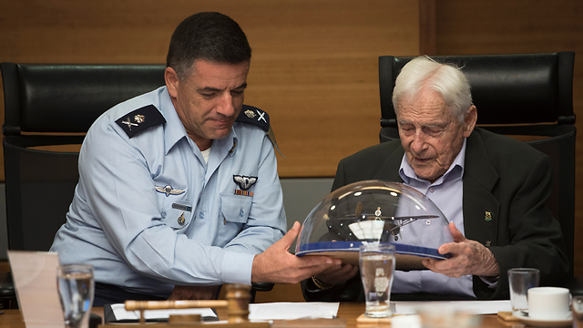 IAF Commander Norkin (L) with the corps' veteran Ziloni at the commanders' forum (Photo: IDF Spokesperson's Unit)
