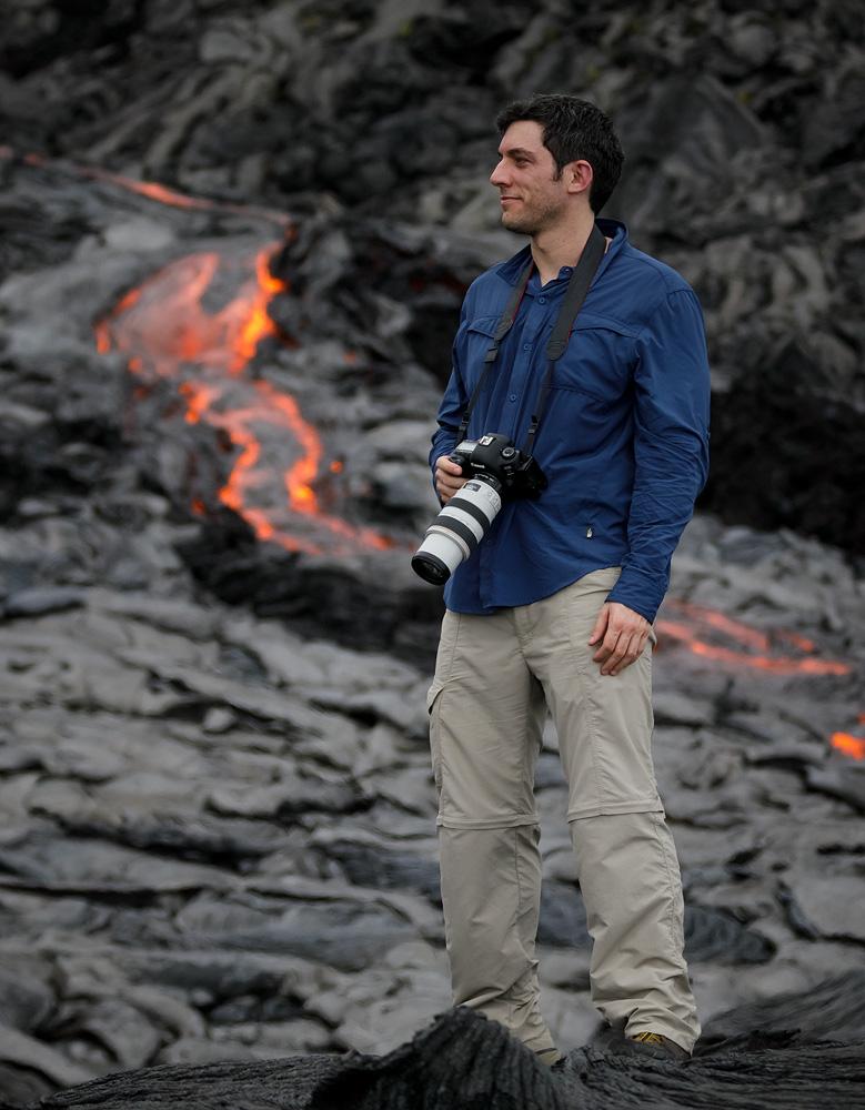 ארז מרום והמצלמה על רקע הלבה (צילום: דניאל האוזמן) (צילום: ארז מרום) (צילום: ארז מרום)