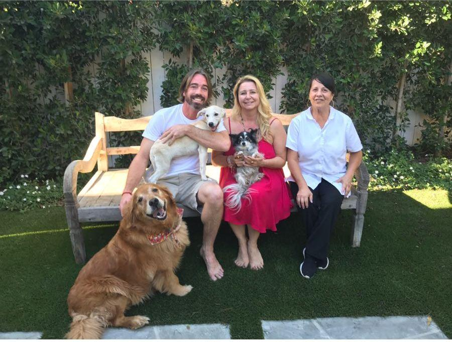 שלג (לאקי) עם משפחתו המאמצת במליבו עם דיאנה ברנט ומשפחתה, יחד עם שני כלבים נוספים. המשפחה תרמה 10 אלף דולר לאימוץ הכלב (צילום: תנו לחיות לחיות) (צילום: תנו לחיות לחיות)
