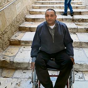 כמאל עאבדין נאבק במדרגות   צילום: פאהד דוויק