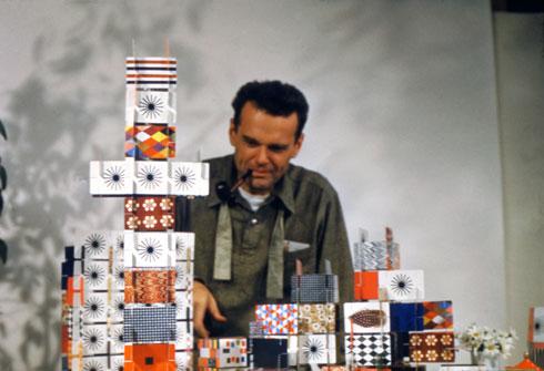 צ'ארלס אימס משחק בקלפים שיצר על בסיס פטרנים (דוגמאות), 1952 (Image: © Eames Office LLC)