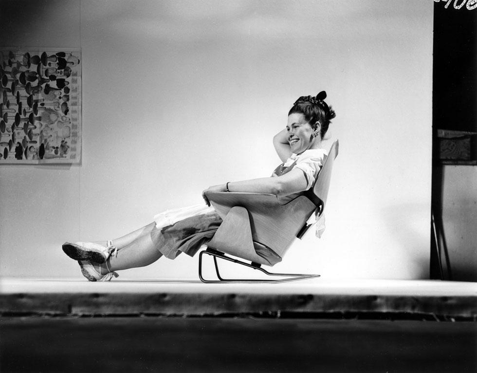 ריי אימס, בת זוגו לחיים ולעבודה, יושבת בדגם ניסיוני של הכורסה המפורסמת, 1946 (Image: © Eames Office LLC)