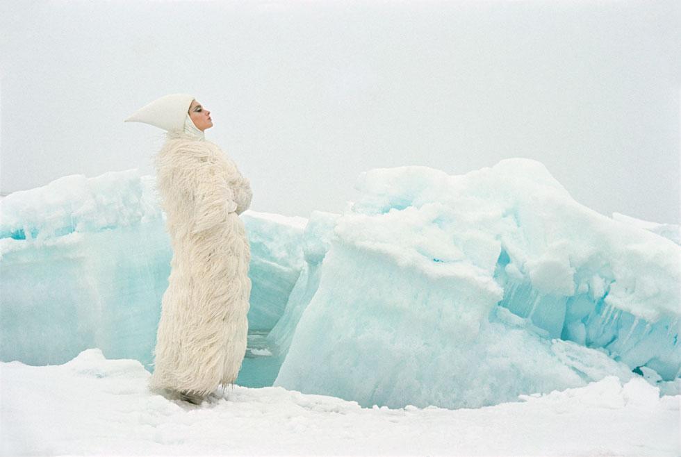 מוזיאון FIT, ניו יורק: על הקשר שבין אופנה והישרדות בתנאי מזג אוויר קיצוניים, עם נוכחות בולטת לפריטי פרווה (Image:  Photograph by John Cowan © The John Cowan Archive)