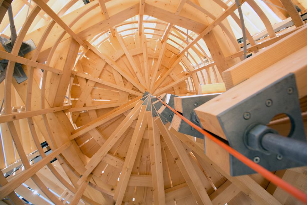 המגדל עשוי מקרשי עץ ושלד פלדה דקיק, כמעט בלתי נראה, שמסתיים במרפסת תצפית (צילום: דור נבו)