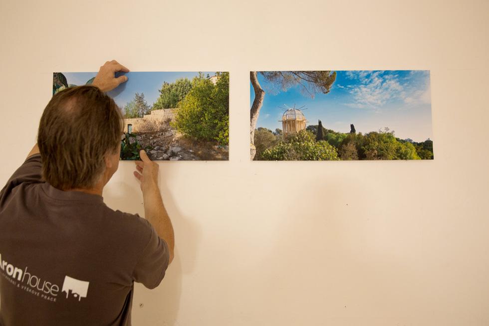 בתוך בית הנסן: שתי תערוכות צילומים מסקרנות - האחת על הרכבת המגדל, השנייה על מסע של מהגר עבודה אפריקאי בישראל (צילום: דור נבו)