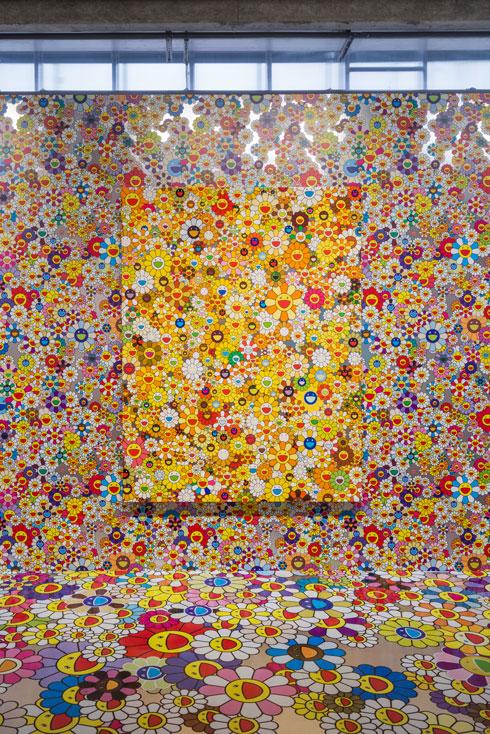 חדר שכולו פרחים חייכניים (Installation: Alexey Narodizkiy, Courtesy of Garage Museum of Contemporary Art)