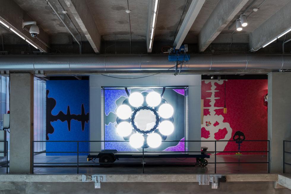 בתערוכה חמש קבוצות של עבודות מתקופות שונות ביצירתו, שאחת מהן מתייחסת לפצצה האטומית (בתמונה). מורקאמי מבקש לטשטש את הגבולות בין אמנות ''גבוהה'' לתרבות פופולרית (Installation: Alexey Narodizkiy, Courtesy of Garage Museum of Contemporary Art)
