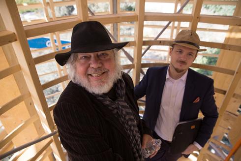 ריינץ ושותפו הצעיר תומאס קוסנר משלימים את ההקמה, היום (חמישי) בבית הנסן (צילום: דור נבו)