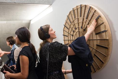 הקהל מוזמן להשתתף. תערוכת הסאונד ב-MAD (Photo by Jenna Bascom, Courtesy of the Museum of Arts and Design)