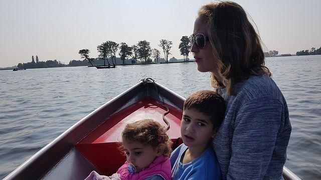 דפנה עם ילדיה במהלך הטיול