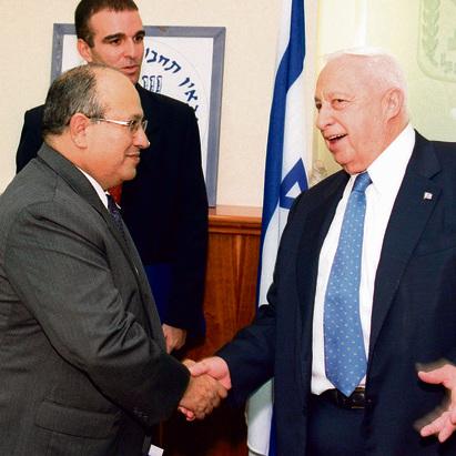 Dagan as Mossad chief with former Prime Minister Ariel Sharon  (Photo: Yaakov Saar/GPO)