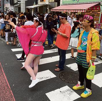 נערות יפניות עמוסות סטייל בארג'וקו, מוקד האופנה של טוקיו