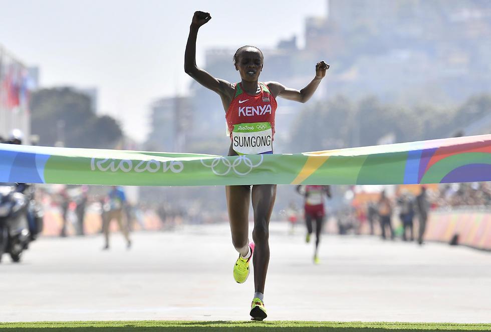 סאמגונג חוצה את קו הסיום והופכת לגיבורה לאומית (צילום: AFP)