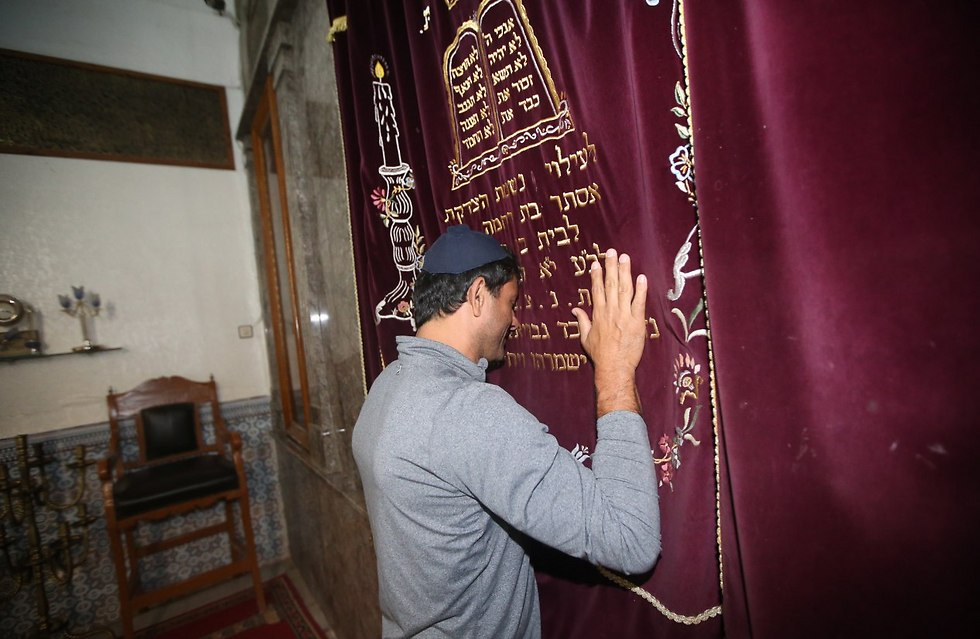 Smadja in prayer (Photo: Oren Aharoni)