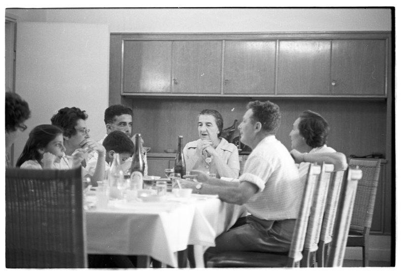 Голда Меир с детьми и внуками. 1963 год. Фото: Давид Рубингер