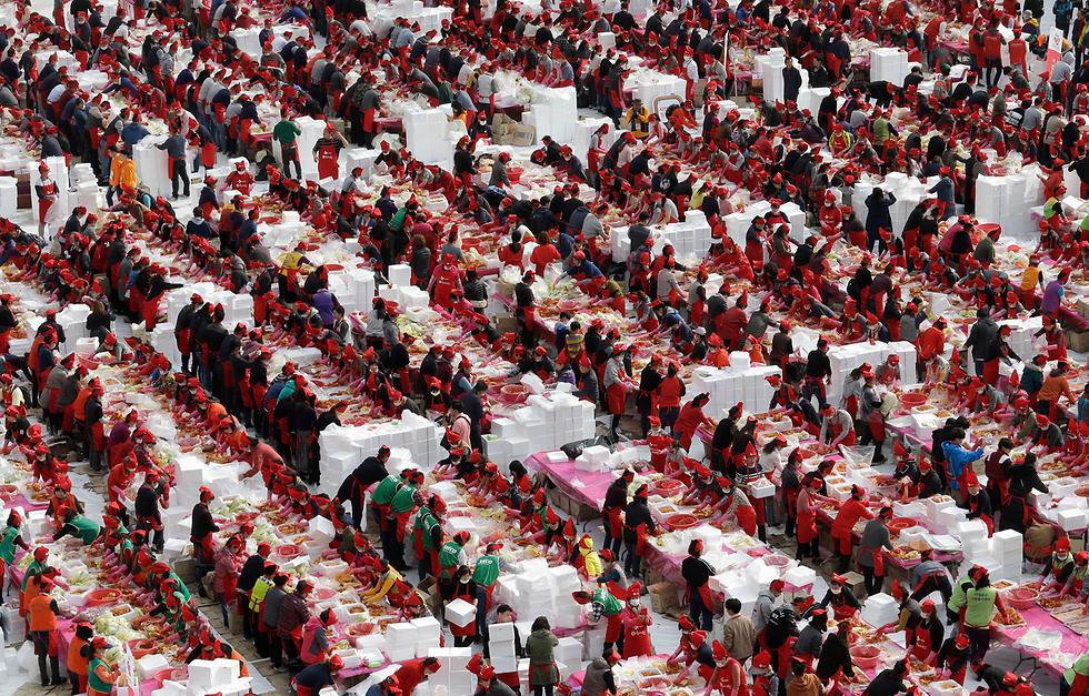 כ-4,700 בני אדם בסיאול, בירת דרום קוריאה, מכינים 120 טונות של המאכל המסורתי קימצ'י שייתרמו לאנשים נזקקים ערב עונת החורף הקרבה (צילום: AP) (צילום: AP)