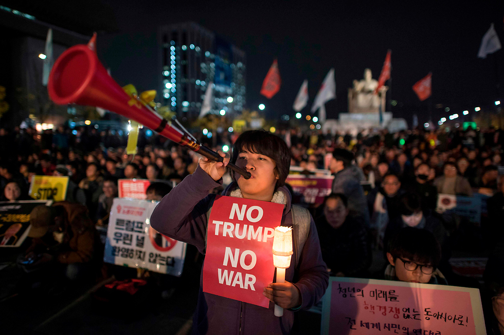 """הפגנה בסיאול, בירת דרום קוריאה, נגד נשיא ארה""""ב דונלד טראמפ המבקר באזור (צילום: AFP) (צילום: AFP)"""