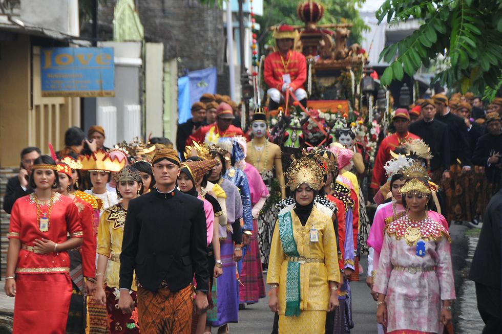שוטרים וחיילים בלבוש מסורתי בצעדת החתונה של בתו של נשיא אינדונזיה ג'וקו ווידודו בעיר סולו שבאי ג'אווה (צילום: AFP) (צילום: AFP)