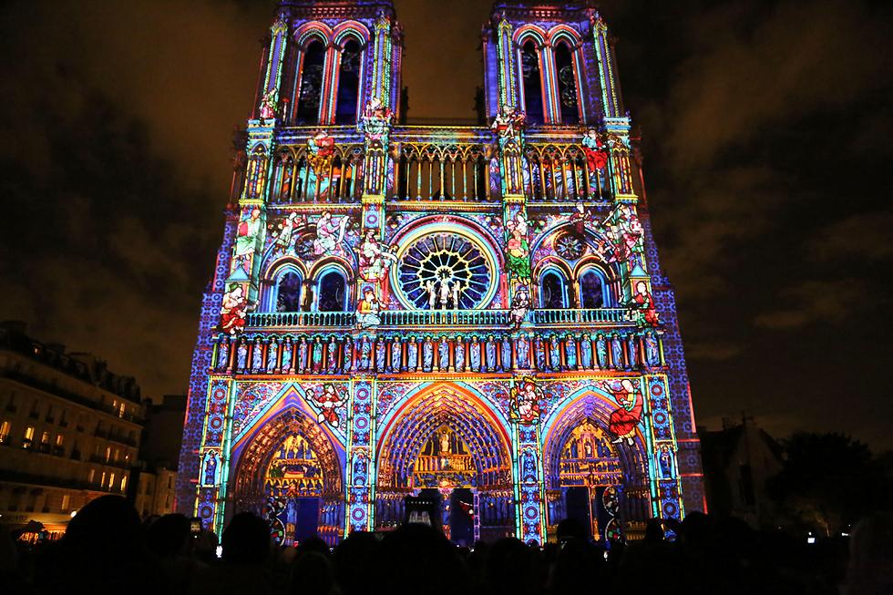 מופע אורות ססגוני בקתדרת נוטרדאם בפריז לרגל חגיגות מאה שנים למלחמת העולם הראשונה (צילום: MCT) (צילום: MCT)