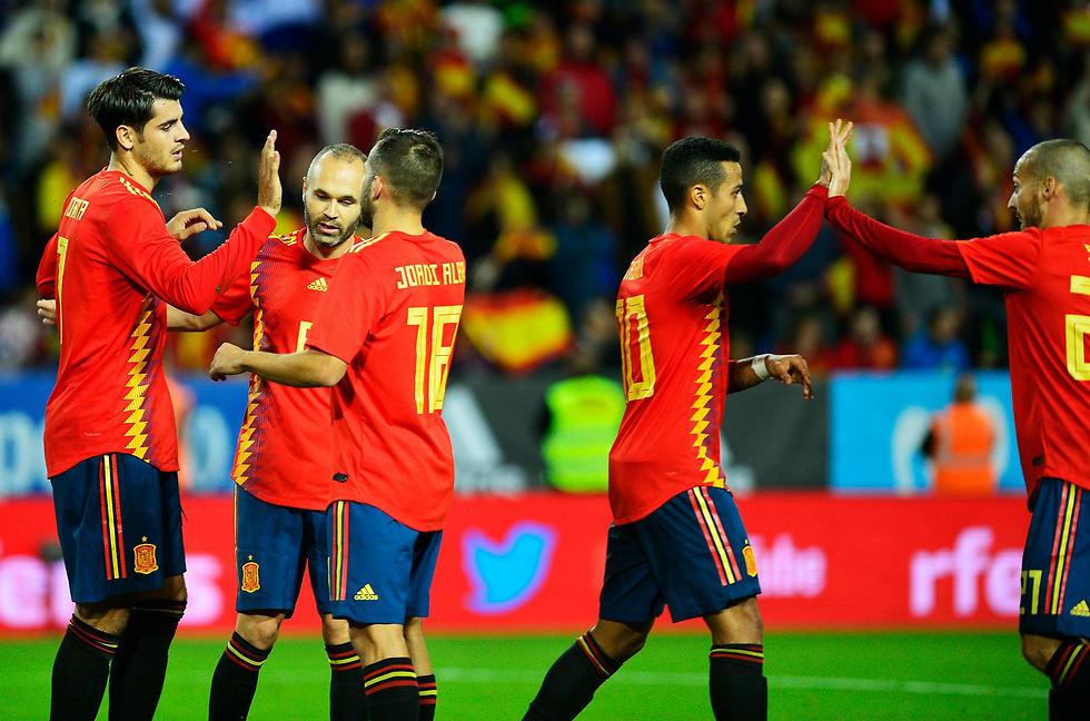 מוראטה ואינייסטה מובילים את החגיגה של ספרד (צילום: AFP) (צילום: AFP)