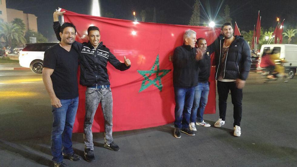משה פונטי, אורי ששון ואורן סמדג'ה עם אוהדים מרוקאים (צילום: אורן אהרוני)