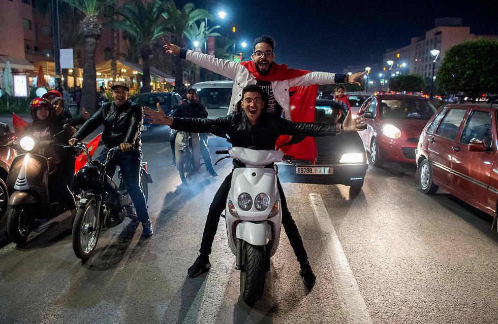 הקטנועים והאוהדים השמחים (צילום: AFP)