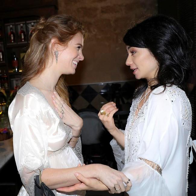 """""""איזה קטעים ששתינו לובשות לבן!"""". נינט טייב ויובל שרף  (צילום: רפי דלויה)"""