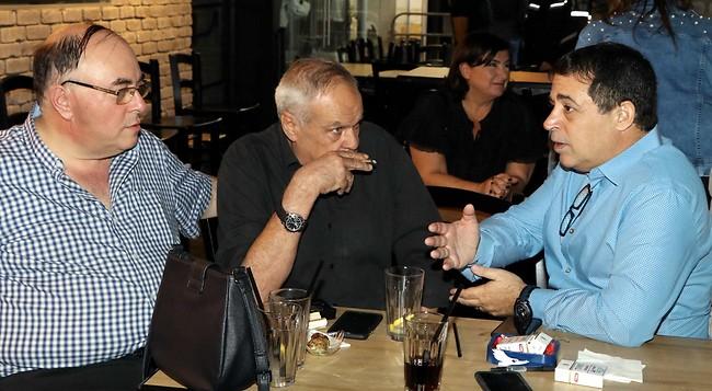 איזו מתנה הבאתם? בן כספית, רוני דניאל ואבי בניהו (צילום: אמיר מאירי)