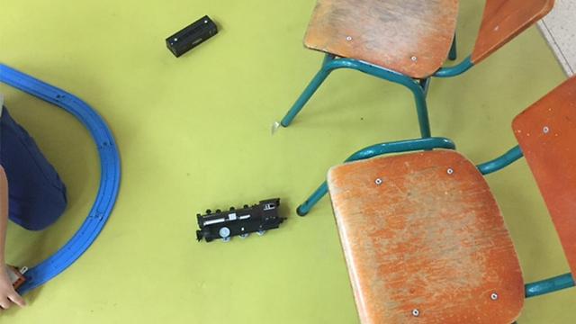 חלקים מהמנורות שהתנפצו על רצפת הגן